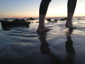 Caminar por la arena de la playa